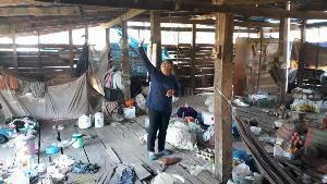 สุดเวทนา!พบครอบครัวคนสุโขทัย 10 ชีวิตมีทั้งพิการ-อัมพฤกษ์-เด็ก ต้องอยู่บ้านผุพังหลังเดียว(ชมคลิป)