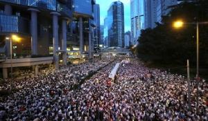 ชาวฮ่องกงรุ่นใหม่นับแสน กับการชุมนุมประท้วงครั้งแรก