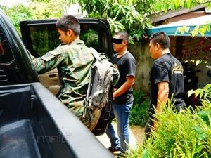 ตำรวจจับมือทหารบุกจับพ่อค้ายาบ้า พร้อมอาวุธปืนคาบ้านที่พัทลุง