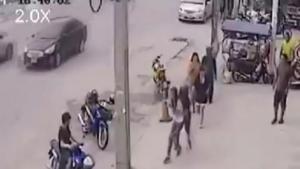 แชร์กระหน่ำโลกออนไลน์ คลิปผัวตีเมียริมถนนใน จ.ชลบุรี สุดท้าย ตร.รวบตัวดำเนิคดีแล้ว