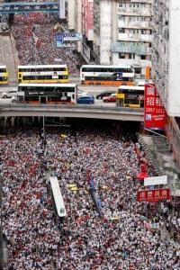 กลุ่มประท้วงเดินขบวนประท้วงตามท้องถนนใจกลางฮ่องกงในวันที่ 9 มิ.ย. 2019เพื่อต่อต้านการรับรองกฎหมายส่งตัวผู้ร้ายข้ามแดนไปดำเนินคดีที่จีน นับเป็นการประท้วงครั้งใหญ่สุดในหลายปีที่ผ่านมา (ภาพ เอพี)