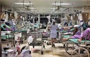 ความแออัดหน้่าแน่นของผู้ป่วยในโรงพยาบาลรัฐในเมืองหลวง ซึ่งส่วนใหญ่เป็นคนจากต่างจังหวัดที่เข้ามาอาศัยทำมาหาอยู่หากินในกรุงเทพฯ ภาพจากเฟซบุ๊ก ศ.นพ.ธีระวัฒน์ เหมะจุฑา