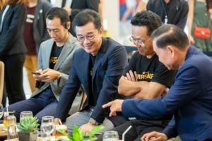 มร.มิจิโนบุ ซึงาตะ กรรมการผู้จัดการใหญ่ บริษัท โตโยต้า มอเตอร์ ประเทศไทย จำกัด พร้อมด้วย นินนาท ไชยธีรภิญโญ ประธานคณะกรรมการ วุฒิกร สุริยะฉันทนานนท์ รองกรรมการผู้จัดการใหญ่ และคณะผู้บริหารบริษัท โตโยต้า มอเตอร์ประเทศไทย จำกัด จัดกิจกรรมค้นหากาแฟสูตรพิเศษ Toyota Signature Coffee เพื่อร่วมส่งเสริมเกษตรกรผู้ปลูกกาแฟไทยให้มีคุณภาพชีวิตที่ดีขึ้น (8 มิ.ย.62) ณ ลานเจริญนครฮอลล์ ชั้น M ไอคอนสยาม (ICONSIAM)