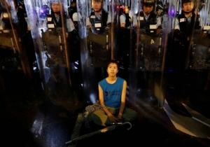 คลื่นผู้ประท้วงยังปักหลักชุมนุมรอบศูนย์กลางการเงินฮ่องกง ผู้นำเลื่อนการพิจารณากฎหมายออกไป