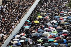 กลุ่มประท้วงในฮ่องกงยังปักหลักต่อต้านกฎหมายตัวผู้ร้ายข้ามแดน ภาพเมื่อวันที่ 12 มิ.ย. 2019  –ภาพรอยเตอร์ส