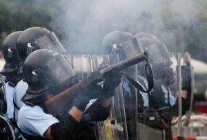 ตำรวจยิงแก๊สน้ำตาใส่ผู้ประท้วงราวบ่ายสามโมงเวลาท้องถิ่นฮ่องกง ภาพเมื่อวันที่ 12 มิ.ย. 2019 ภาพรอยเตอร์