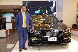 ดร. สัณหวุฒิ ธรรมชวนวิริยะ และ BMW 740Le ที่ใช้รองรับการประชุมสุดยอดผู้นำอาเซียน จำหน่ายในราคาพิเศษเพียง 4.49 ล้านบาท