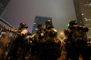 ตำรวจปราบจลาจลของฮ่องกงตระเตรียมอุปกรณ์ของพวกตน ขณะที่การประท้วงต่อต้านร่างกฎหมายส่งผู้ร้ายข้ามแดนผ่านมาจนถึงช่วงกลางคืนวันพุธ (12 มิ.ย.)