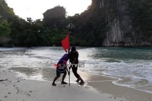 ขึ้นธงแดง! เตือนนักท่องเที่ยวลงเล่นน้ำจุดเสี่ยงเกาะห้อง คลื่นซัดปลาตายเกยหาดคลองแห้ง