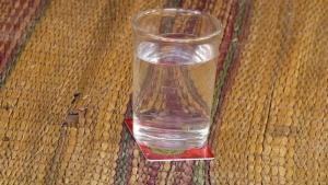 แก้ปวดเมื่อยง่ายแค่วางแก้วน้ำบนบัตรพลังงานพร้อมกับอธิษฐานแล้วยกดื่ม