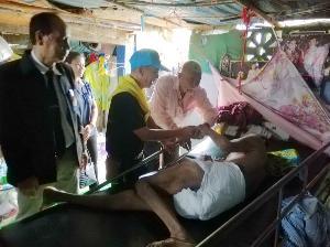 หลายหน่วยงานรุดช่วย 10 ชีวิตยากไร้ชาวสุโขทัยอยู่บ้านผุพังหลังเดียว