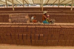 แรงงานเด็ก-แรงงานขัดหนี้เต็มโรงงานเผาอิฐ นักรณรงค์ร้องทางการเขมรมุ่งมั่นปราบปราม
