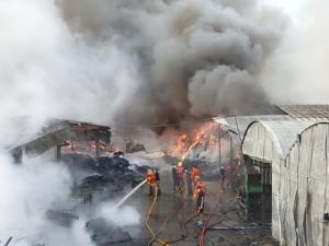 เกิดเหตุเพลิงไหม้ รง.ผลิตแผ่นใยสังเคราะห์ใน  อ.แปลงยาว จ.ฉะเชิงเทรา  ขณะนี้ยังควบคุมเพลิงไม่ได้