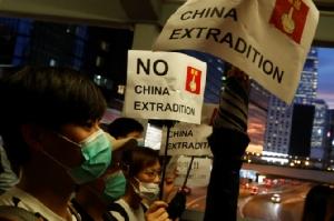 ในวันพฤหัสบดี(13มิ.ย.) ชาวฮ่องกงจำนวนหนึ่งยังคงปักหลักชุมนุมต่อต้านความพยายามผ่านร่างกฎหมายส่งผู้ร้ายข้ามแดนไปยังจีน