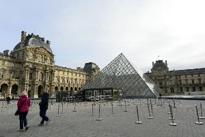 นักท่องเที่ยวที่ไปเยือนพิพิธภัณฑ์ Louvre (AFP Photo/Bertrand Guay)