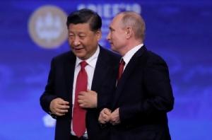 ประธานาธิบดี สี จิ้นผิง ของจีน และประธานาธิบดี วลาดิมีร์ ปูติน แห่งรัสเซีย เข้าร่วมการประชุมเศรษฐกิจนานาชาติที่นครเซนต์ปีเตอร์สเบิร์ก (SPIEF) เมื่อวันที่ 7 มิ.ย.