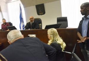 <i>ซารา เนทันยาฮู ภรรยาของนายกรัฐมนตรีอิสราเอล ขณะอยู่ในห้องพิจารณา ที่ศาลในเมืองเยรูซาเลม วันอาทิตย์ (16 มิ.ย.) </i>