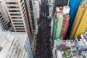 """ผู้คน """"2 ล้าน"""" ประท้วงคัดค้านกฎหมายส่งผู้ร้ายข้ามแดนของฮ่องกง"""