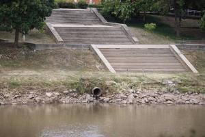 พบท่อน้ำทิ้งโผล่สลอนริมฝั่งน่าน แทนอัตลักษณ์เรือนแพพิษณุโลกในอดีต