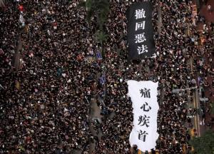 การประท้วงครั้งใหญ่ในฮ่องกง เมื่อวันอาทิตย์ 16 มิ.ย. มีผู้ประท้วงสองล้านคน ร่วมต่อต้านกฎหมายส่งตัวผู้ร้ายข้ามแดน และเรียกร้องให้ผู้นำ แคร์รี่ แลม ลาออก ภาพวันที่ 16 มิ.ย.  (ภาพ รอยเตอร์ส)