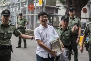 โจชัว หว่อง (กลาง) นักเคลื่อนไหวที่เป็นผู้นำขบวนการร่มเหลืองของฮ่องกง ก้าวออกจากเรือนจำในฮ่องกงเมื่อวันจันทร์ (17 มิ.ย.) ภายหลังครบกำหนดถูกลงโทษจำคุก 5 สัปดาห์  เขาประกาศทันทีหลังได้อิสรภาพว่า จะร่วมการต่อสู้ครั้งใหม่ที่ต้องการขับไล่ผู้บริหารสูงสุดของฮ่องกง แคร์รี ลัม
