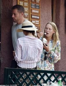 """""""วอซซี"""" ฮันนีมูนเรียบง่าย ควงสามีหม่ำไอติมกลางเมืองอิตาลี"""