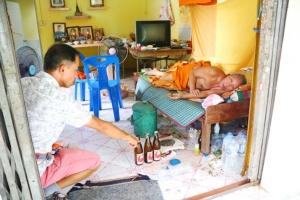 มารศาสนา! จับสึกพระ 2 รูปเมาแอ๋อยู่ในกุฏิวัด ชาวบ้านรับไม่ได้รีบแจ้งตำรวจ