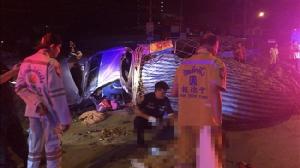 หนุ่มเมืองจันทบุรีซิ่งกระบะตัดหน้ารถเสียหลัก ถูกสิบล้อชนท้ายตกทางด่วนบูรพาวิถีตาย 1 สาหัส 1