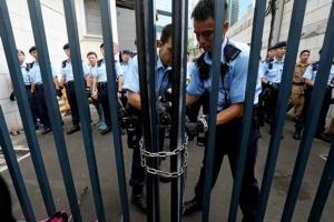 ตำรวจล็อคกุญแจตึกสำนักงานตำรวจในเขตหว่านไจ๋ เมื่อวันที่ 21 มิ.ย. (ภาพ รอยเตอร์ส)