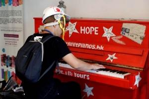 ผู้ประท้วงเล่นเปียโน ขณะเข้ามาพักในศูนย์ศิลปะแห่งฮ่องกง (Hong Kong Art Centre) ระหว่างเข้าร่วมการประท้วงเมื่อวันที่ 21 มิ.ย. (ภาพ รอยเตอร์ส)