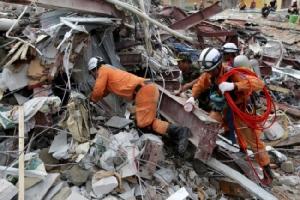 จนท.กู้ภัยเขมรเร่งค้นหาเหยื่อใต้ซากตึกถล่ม ยอดดับเพิ่มเป็น 17 คน