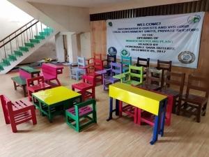 แนวทางนี้ลดทั้งขยะพลาสติก ลดการตัดต้นไม้ แถมโรงเรียนได้เก้าอี้ที่มีความทนทาน ทนไฟ ไม่มีสารพิษปนเปื้อน