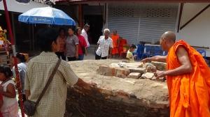 ชาวบ้านอ่างทองแห่ขอเลขเด็ดตะเคียนหน้าโบสถ์วัดหลักแก้ว