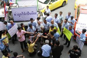 """เครือข่ายแท็กซี่ฯ บุก """"ภูมิใจไทย"""" วอนเยียวยาหากดันแกร็บให้ถูกกฎหมาย"""