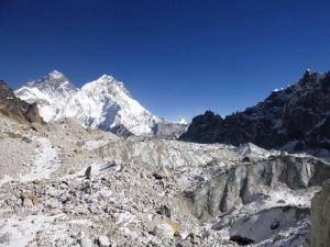 ภาพธารน้ำแข็ง Changri Nup Glacier ในเนปาล ที่เต็มไปด้วยขยะหิน ฉากหลังคือ ยอดเขาเอเวอเรสต์  การศึกษาชุดใหม่ระบุ ระหว่างปี 2000-2016 น้ำแข็งบนเทือกเขาหิมาลัย หายไปประมาณ  8,300 ล้านตันต่อปี เทียบกับการสูญเสียน้ำแข็งของเทือกเขาแห่งนี้ระหว่างปี 1975 และ 2000 เท่ากับ 4,300 ล้านตัวต่อปี (ภาพโดยJoshua Maurer ผ่านสำนักข่าว AP)