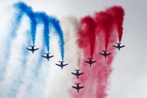 ฝูงบินของกองทัพอากาศฝรั่งเศสแสดงทักษะการบินในงานปารีสแอร์โชว์
