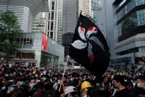 ชาวฮ่องกงจำนวนมากพากันสวมชุดดำออกมาชุมนุมประท้วงต่อต้านกฏหมายส่งผู้ร้ายข้ามแดนไปจีน