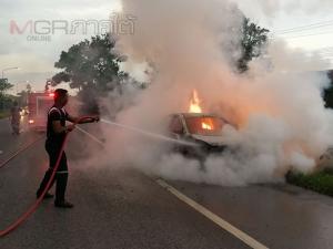 ไฟไหม้รถเก๋งของโรงเรียนสอนขับรถ โชคดีพนักงาน 3 ชีวิตหนีออกทันควัน