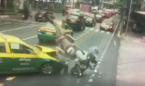 แท็กซี่ประมาท! ชนทหารนำขบวนรองผู้บัญชาการทหารสูงสุด โชคดีไม่ได้รับบาดเจ็บสาหัส (ชมคลิป)