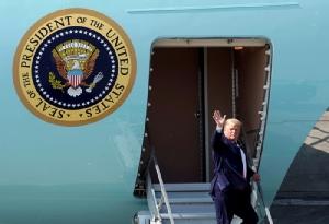 """<i>ประธานาธิบดีโดนัลด์ ทรัมป์ ของสหรัฐฯ ขณะก้าวออกจากเครื่องบินประจำตำแหน่ง """"แอร์ฟอร์ซ วัน"""" ระหว่างหยุดแวะพักเติมน้ำมันเครื่องบิน ณ ฐานทัพอากาศของสหรัฐฯในรัฐอะแลสกา เมื่อวันพุธ (26 มิ.ย.)  ทั้งนี้ทรัมป์กำลังเดินทางเพื่อมาเข้าร่วมประชุมซัมมิต จี20 ที่เมืองโอซากา ประเทศญี่ปุ่น  </i>"""