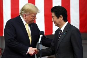 <i>(ภาพจากแฟ้มถ่ายเมื่อ 28 พ.ค. 2019)  ประธานาธิบดีโดนัลด์ ทรัมป์ ของสหรัฐฯ จับมือกับนายกรัฐมนตรีชินโซ อาะเบะ ของญี่ปุ่น ระหว่างที่ทรัมป์ไปกล่าวปราศรัย ณ ฐานทัพเรือโยโกซุกะ ทางตอนใต้ของกรุงโตเกียว  ตอนที่ผู้นำสหรัฐฯไปเยือนญี่ปุ่นเมื่อปลายเดือนพฤษภาคมที่ผ่านมา </i>