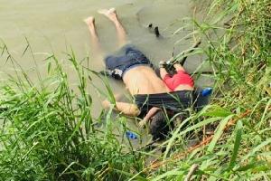 """In Pics :สุดเศร้า!! ภาพลูกสาววัยเกือบ 2 ขวบจมน้ำตายพร้อมพ่อระหว่างข้ามพรมแดนเข้าสหรัฐฯ หวังมีชีวิตที่ดีกว่า """"เอลซัลวาดอร์""""เตรียมนำศพกลับประเทศ"""