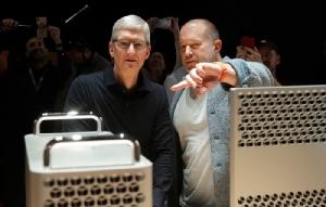 โจนาธาน ไอฟ์ (ขวา) กับทิม คุก ซีอีโอแอปเปิล (ภาพเอพี)
