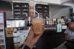 """ชื่นใจ! ชาวเน็ตแห่อุดหนุนร้านกาแฟ """"เชียงรายปัญญาฯ"""" ขอบคุณโซเชียลทำน้องมีรอยยิ้ม"""