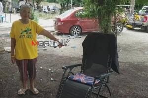ระทึก! ยายวัย 67 ปี นั่งเล่นอยู่หน้าบ้าน เก๋งเสียหลักพุงชนศาลพระภูมิ ตกใจวิ่งหนีสุดชีวิต