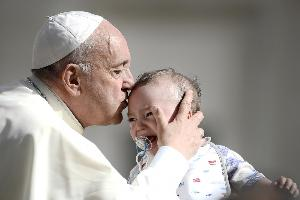 ไฟล์ภาพประกอบบทความ  Pope Francis จุมพิตทารกที่วาติกัน (Filippo MONTEFORTE / AFP)