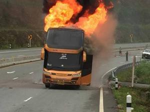 50 กว่าชีวิตหนีตายระทึก! ไฟไหม้รถขนแรงงานพม่า วอดกลางดอยมูเซอถนนตาก-แม่สอด