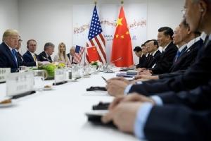 <i>ประธานาธิบดีโดนัลด์ ทรัมป์ ของสหรัฐฯ และประธานาธิบดีสี จิ้นผิง ของจีน นำคณะเข้าร่วมการประชุมทวิภาคี ข้างเคียงซัมมิตกลุ่ม จี20 ที่เมืองโอซากา วันเสาร์ (29 มิ.ย.) </i>