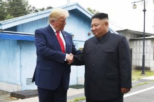 <i>ประธานาธิบดีโดนัลด์ ทรัมป์ กับ คิม จองอิน ผู้นำเกาหลีเหนือ ณ หมู่บ้านปันมุนจอม ในเขตปลอดทหารทางฝั่งเกาหลีใต้  เมื่อวันอาทิตย์ (30 มิ.ย.) </i>