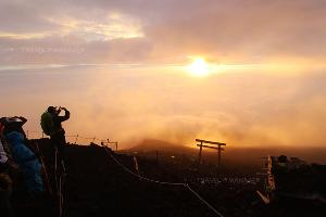 ชมแสงแรกบนยอดภูเขาไฟฟูจิ